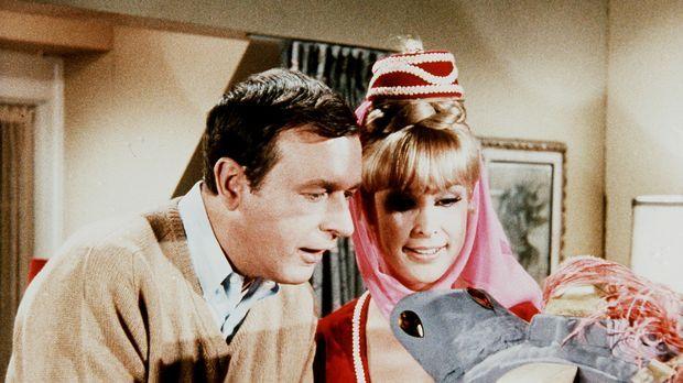 Roger (Bill Daily, l.) bittet Jeannie (Barbara Eden, r.), einen Blick in die...