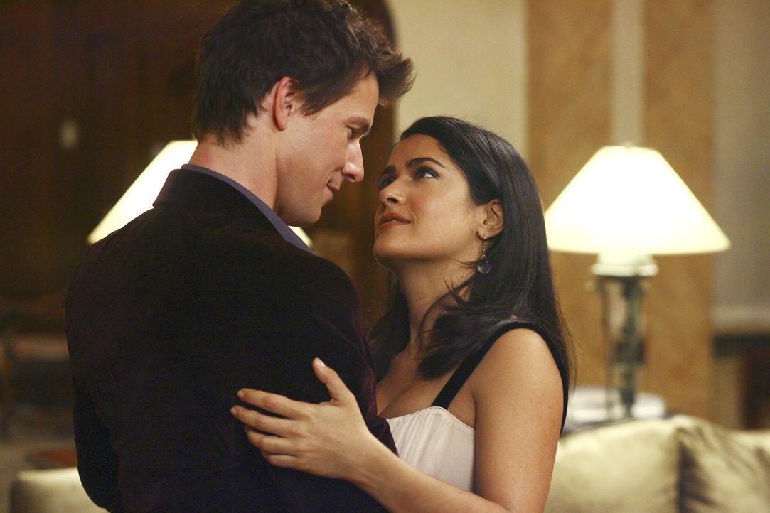 Daniel (Eric Mabius, l.) fasst sich ein Herz und bittet Sofia (Salma Hayek, r.) seine Frau zu werden. Nicht ahnend, dass diese ein ganz fieses Spiel... - Bildquelle: Buena Vista International Television