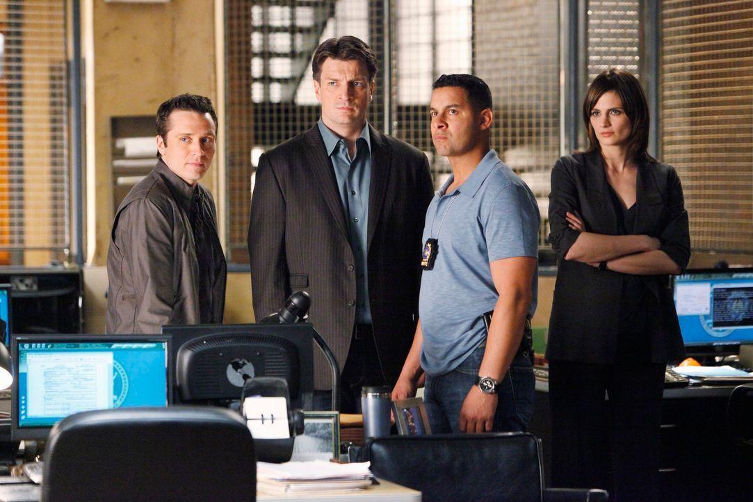 Javier Esposito (Jon Huertas, 2.v.r.) erzählt Kevin Ryan (Seamus Dever, l.), Richard Castle (Nathan Fillion, 2.v.l.) und Kate Beckett (Stana Katic,... - Bildquelle: ABC Studios