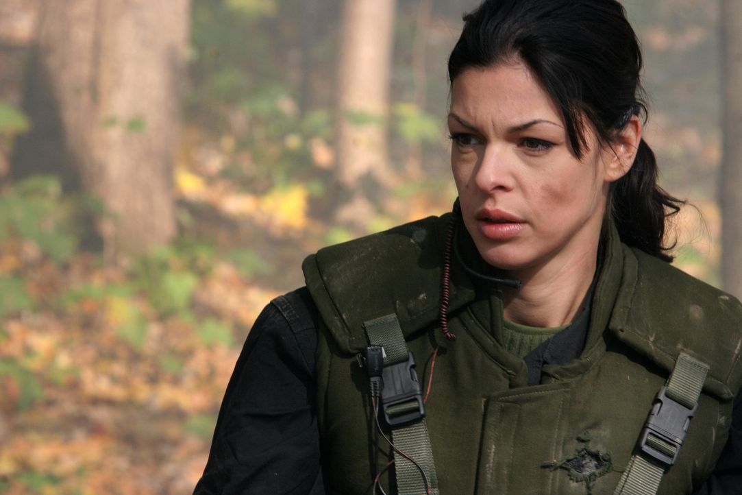 Auf der Suche nach einem gefährlichen Terroristen, der sich in den Wäldern Afghanistans versteckt hält, wird die schöne Katya (Pollyanna McIntos... - Bildquelle: CPT Holdings, Inc. All Rights Reserved. (Sony Pictures Television International)
