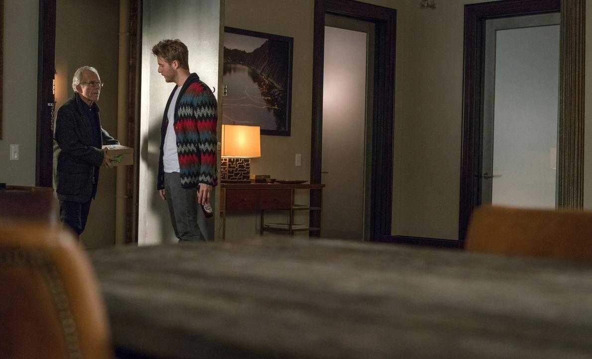 Das neue Leben von Brian (Jake McDorman, r.) führt zu Problemen mit seinem Vater (Ron Rifkin, l.) ... - Bildquelle: Michael Parmelee 2015 CBS Broadcasting, Inc. All Rights Reserved