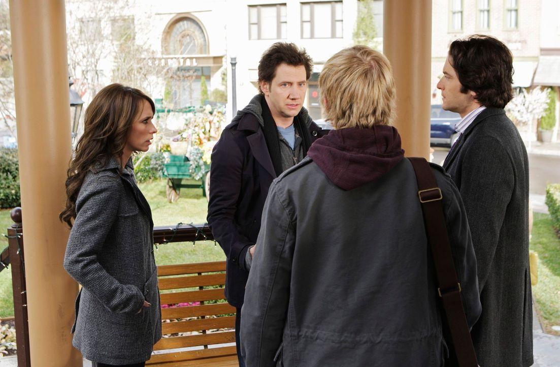 Melinda (Jennifer Love Hewitt, l.), Eli (Jamie Kennedy, 2.v.l.), Ned (Christoph Sanders, 2.v.r.) und Jim (David Conrad, r.) überlegen, wie sie das B... - Bildquelle: ABC Studios