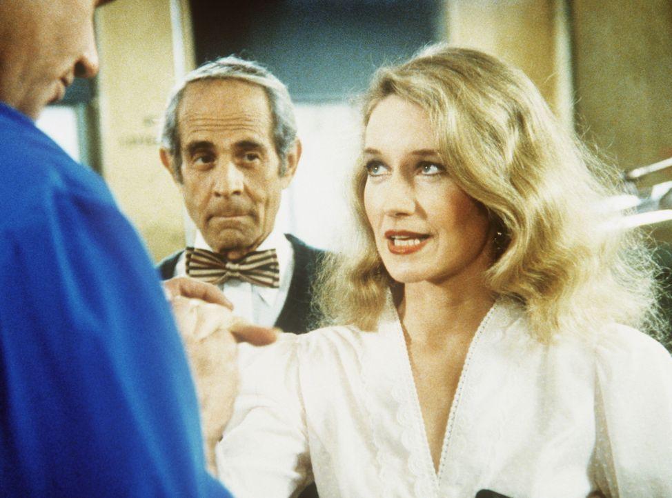 Die schöne Blonde hat es Isbecki (Martin Krove, l.) ganz besonders angetan. Zu seinem Entsetzen entpuppt sie sich als Transvestit. - Bildquelle: ORION PICTURES CORPORATION. ALL RIGHTS RESERVED.