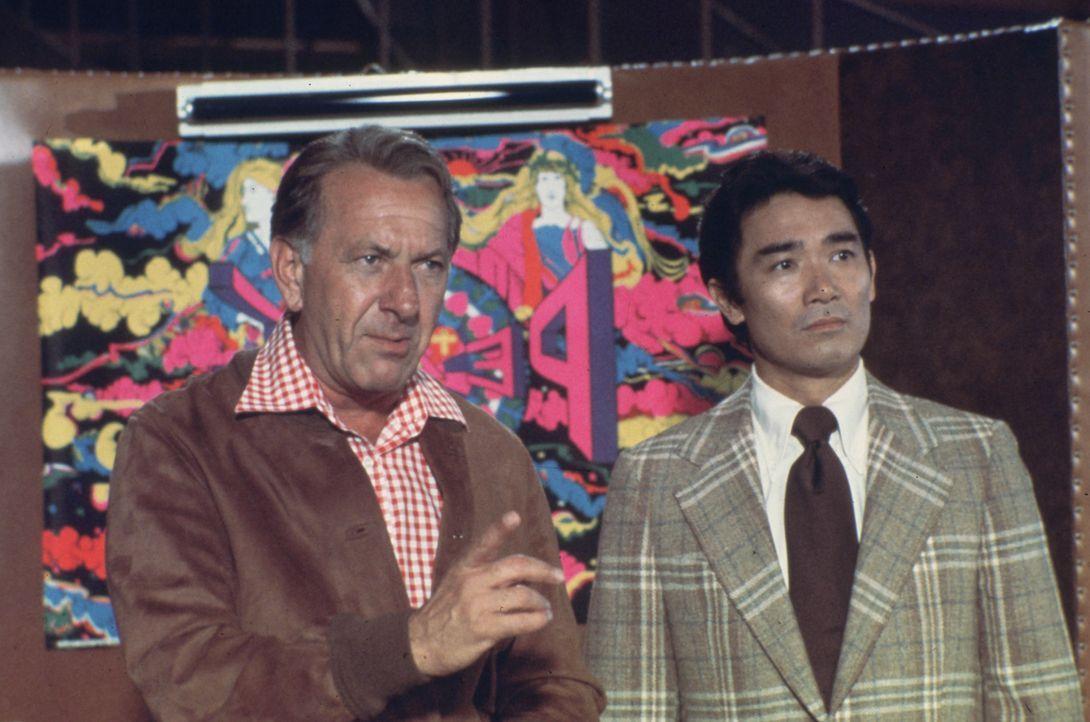 Können Quincy (Jack Klugman, l.) und sein Kollege Sam Fujiyama (Robert Ito, r.) die Unschuld von Police Officer Wells beweisen ... - Bildquelle: Universal Pictures