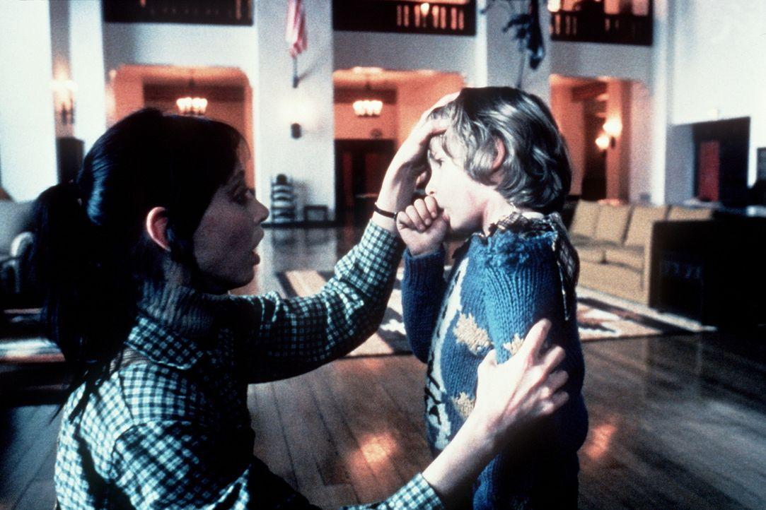 Wendy (Shelley Duvall, l.) macht sich große Sorgen um ihren Sohn Danny (Danny Lloyd, r.), der von furchtbaren Visionen geplagt wird ... - Bildquelle: Warner Bros.