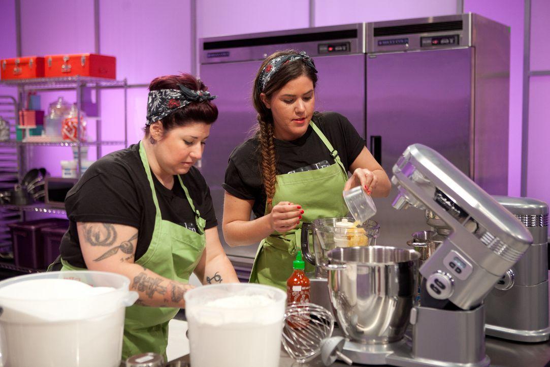 Frauen-Power: Bäckerin Erin Erler (r.) und ihre Assistentin Jenna Malloy (l.) wollen die Jury mit einem Wonder Woman Kuchen überzeugen ... - Bildquelle: Emile Wamsteker 2015, Television Food Network, G.P. All Rights Reserved