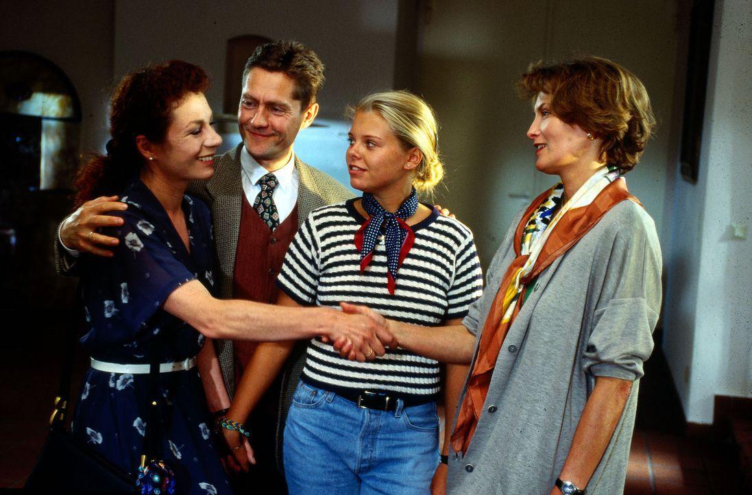 Natalie (Anne Sophie Briest, 2.v.r.) wird nach einem langen Klinikaufenthalt von ihren Eltern Elke (Nina Hoger, l.) und Peter Schneider (Udo Schenk,... - Bildquelle: Sat.1
