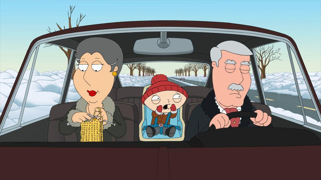Als Stewie (M.) von seinen Großeltern Barbara (l.) und Carter (r.) abgeholt wird, baut dieser einen Unfall ... - Bildquelle: 2011 Twentieth Century Fox Film Corporation. All rights reserved.