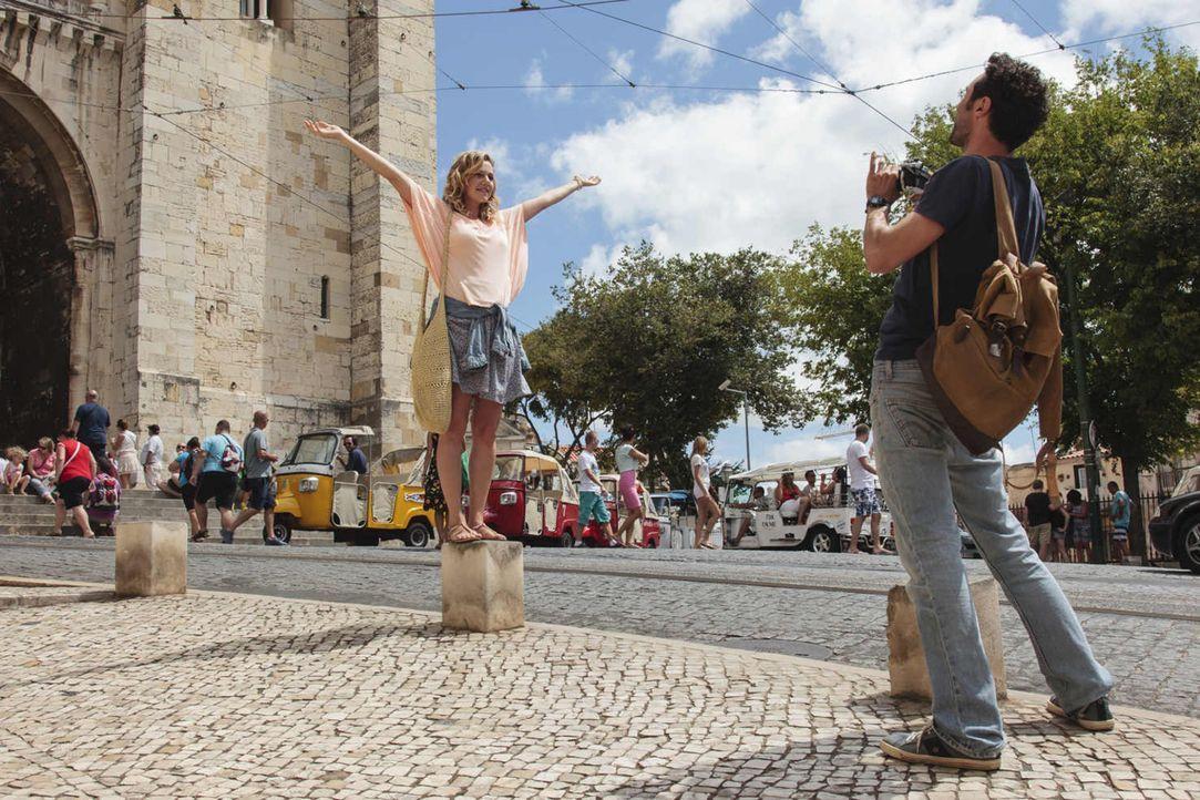 Frisch verliebt in Lissabon - was könnte schöner sein? Eva (Felicitas Woll, l.) und Luis (Renato Schuch, r.) verbringen gemeinsam wunderbare Wochen... - Bildquelle: Joao Tuna SAT.1