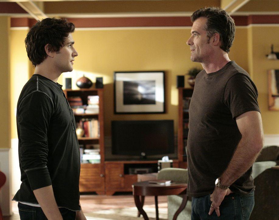Stephen (Bruce Thomas, r.) glaubt, dass Kyle (Matt Dallas, l.) etwas vor ihm verheimlicht ... - Bildquelle: TOUCHSTONE TELEVISION