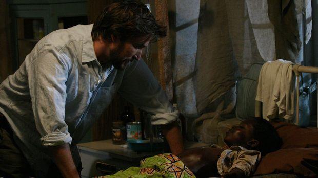 John Carter (Noah Wyle, l.) ist noch im Kongo und versucht dem Aidspatienten...