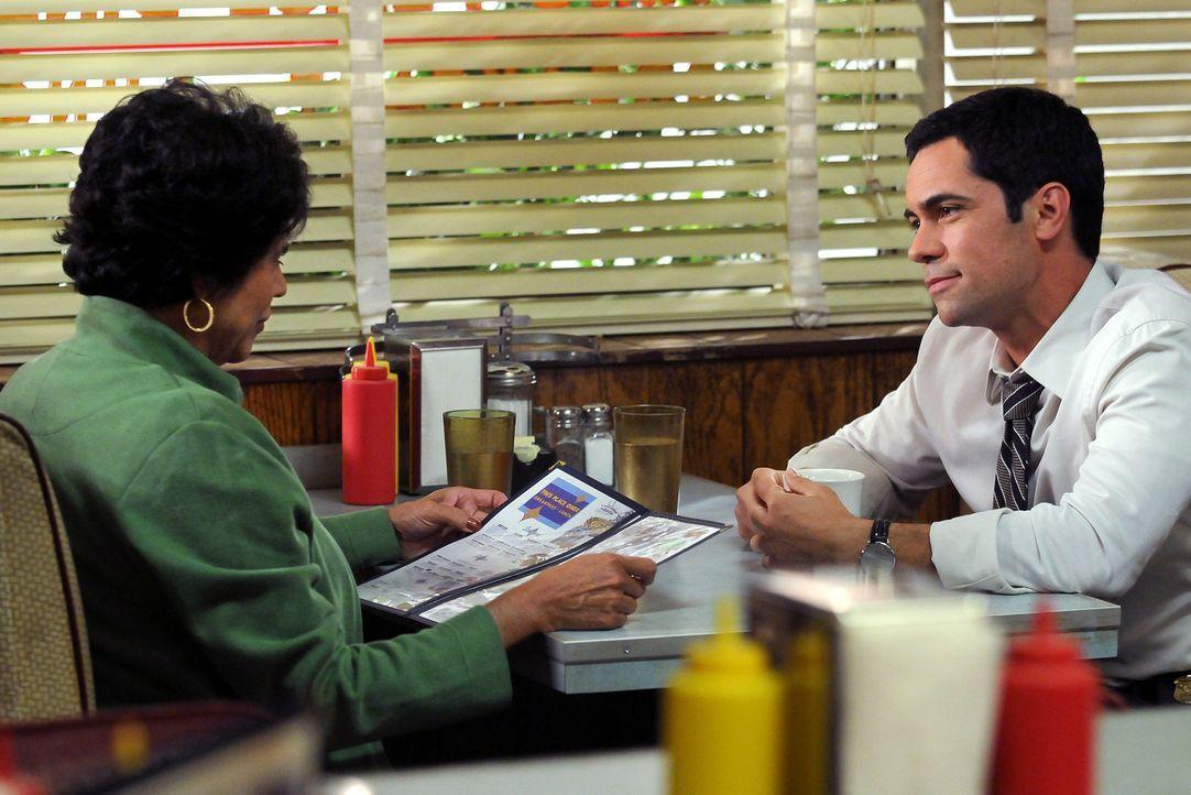 Scott Valens (Danny Pino, r.) trifft sich mit seiner Mutter Rosa (Terry Hoyos, l.) zum Mittagessen. - Bildquelle: Warner Bros. Television