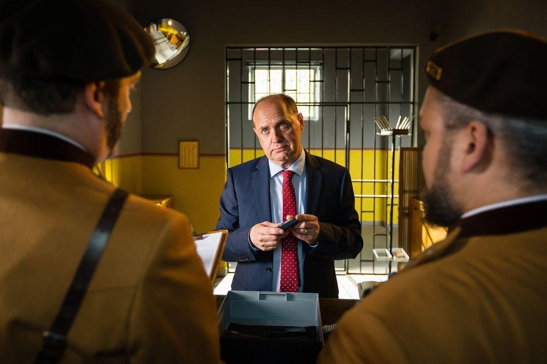 Auch seinen heiß geliebten Pager muss Udo Honig (Uwe Ochsenknecht) an der Gefängnispforte abgeben. Doch Honig wäre nicht Honig, wenn er sich nicht s... - Bildquelle: Arvid Uhlig SAT.1