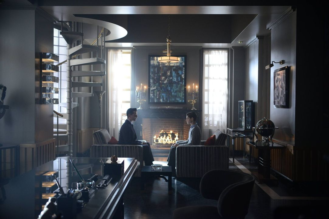Theo Galavan (James Frain, l.) schickt Barbara auf die Fährte von Gordon, während er versucht, endlich sein Geschäft mit Bruce Wayne (David Mazouz,... - Bildquelle: Warner Brothers