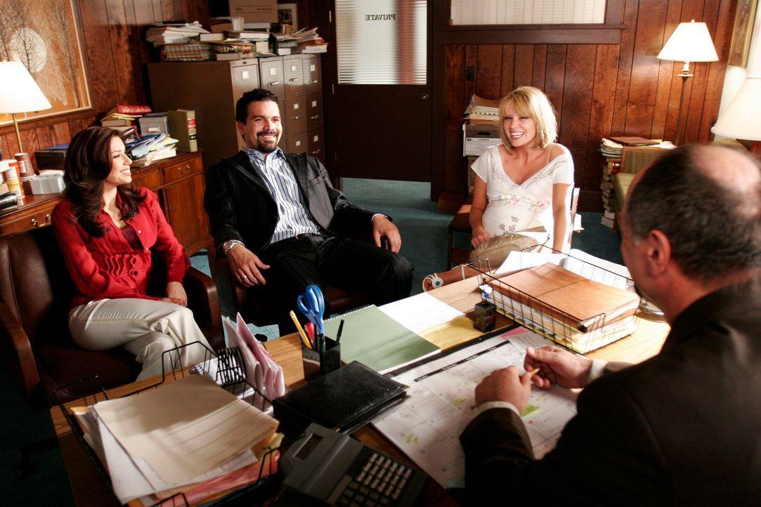 Gabrielle (Eva Longoria, l.) und Carlos (Ricardo Antonio Chavira, 2.v.l.) beschließen, Libbys Baby zu adoptieren, doch Libby (Nichole Hiltz, 2.v.r.)... - Bildquelle: 2005 Touchstone Television  All Rights Reserved
