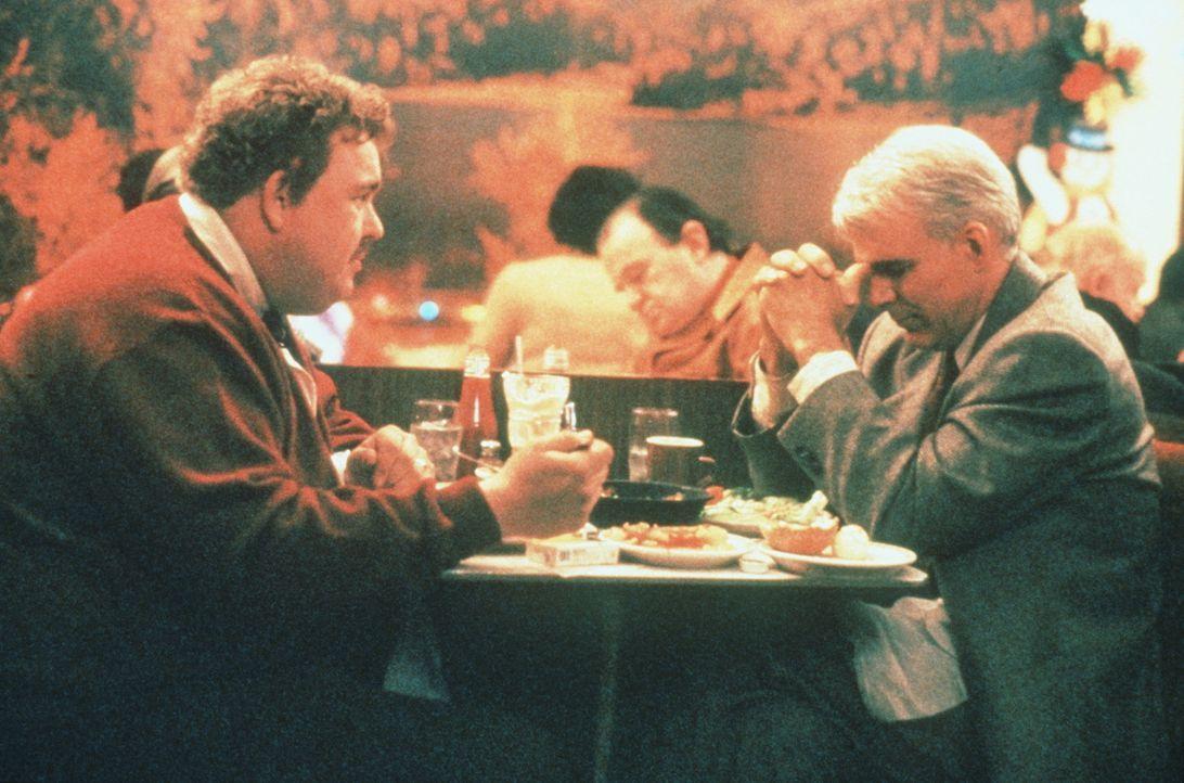 Del (John Candy, l.) strapaziert permanent Neals (Steve Martin, l.) Nerven ... - Bildquelle: Paramount Pictures