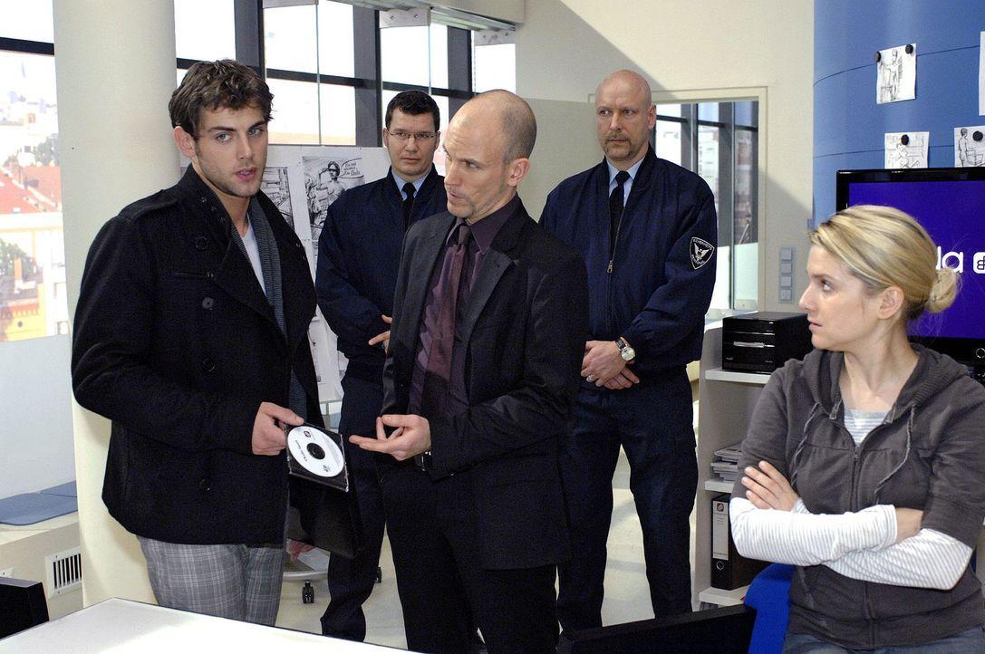 Gerrit wirft Jonas aus der Agentur. vorne v.l.n.r.: Jonas (Roy Peter Link), Gerrit (Lars Löllmann), Anna (Jeanette Biedermann) - Bildquelle: Oliver Ziebe Sat.1