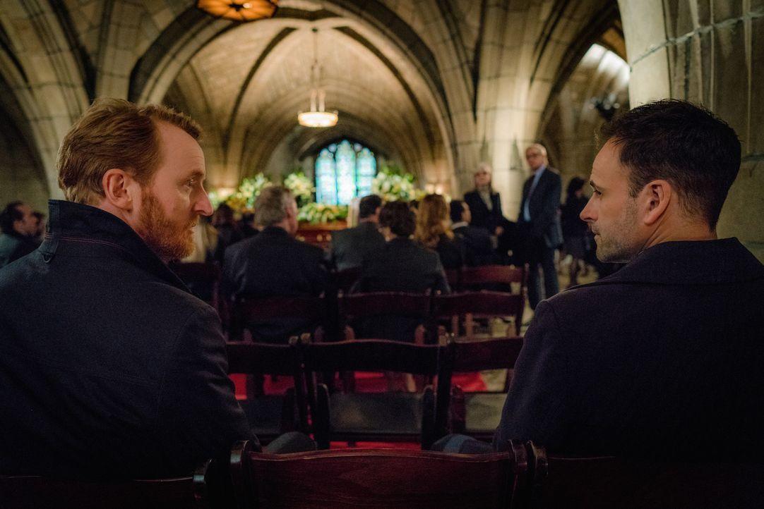 Holmes (Jonny Lee Miller) ist davon überzeugt, dass Dr. Joshua Vikner (Tony Curran, l.), der neue Leiter von Moriartys Organisation, den Bombenansch... - Bildquelle: Michael Parmelee 2016 CBS Broadcasting Inc. All Rights Reserved.