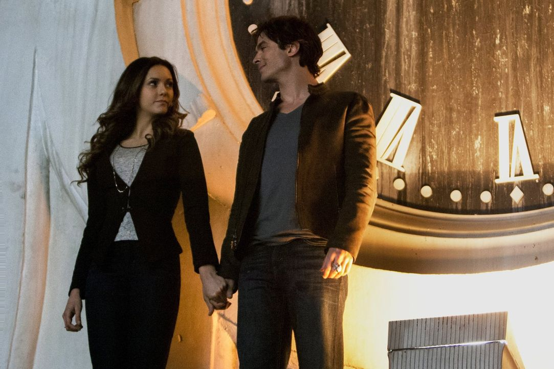 Das Heilmittel sorgt bei Elena (Nina Dobrev, l.) und Damon (Ian Somerhalder, r.) für Existenzkrisen. Werden beide ihr Leben auf den Kopf stellen? - Bildquelle: Warner Bros. Entertainment, Inc