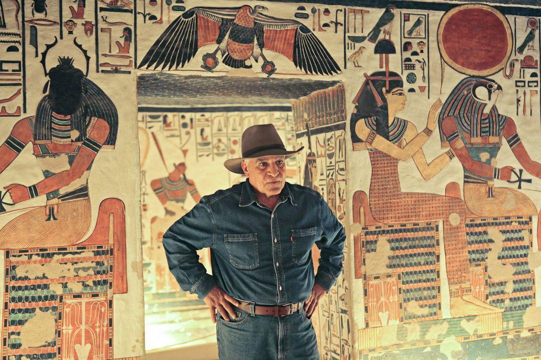 Um auf seiner Suche nach Kleopatra einen Schritt weiterzukommen, tauscht sich legendäre Ägyptologe Dr. Zahi Hawass (Foto) mit seinen Archäologen-Kol... - Bildquelle: 2010 A&E TELEVISION NETWORKS. ALL RIGHTS RESERVED