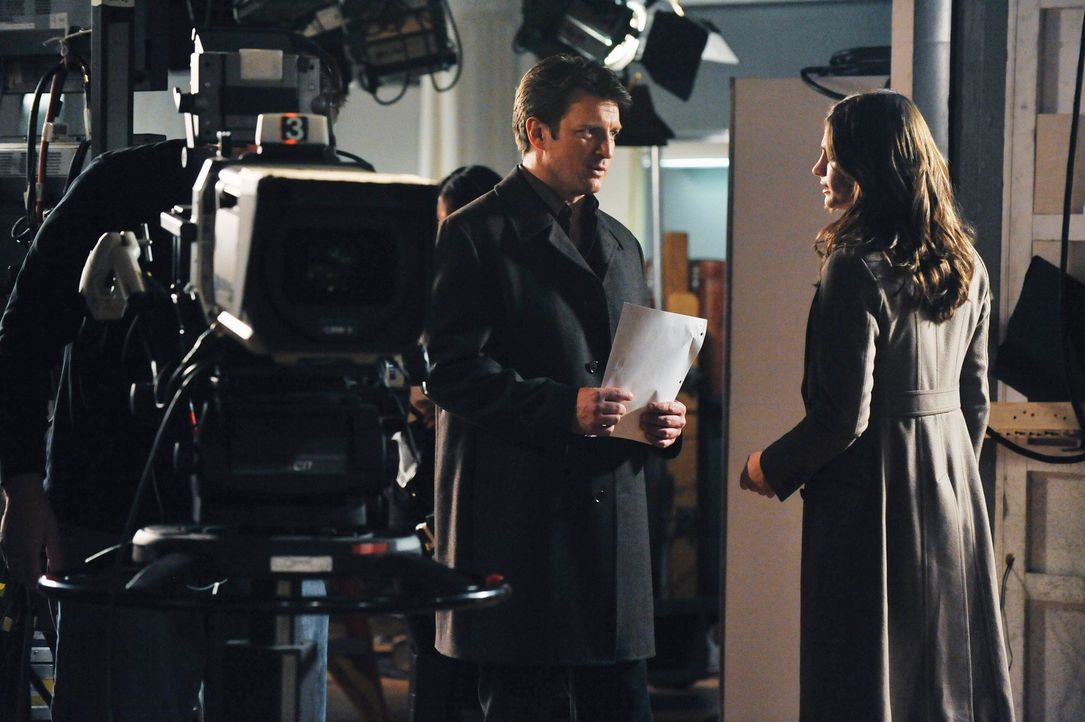 "Ermitteln am Set der erfolgreichen Seifenoper  ""Temptation Lane"": Richard Castle (Nathan Fillion, l.) und Kate Beckett (Stana Katic, r.) - Bildquelle: ABC Studios"