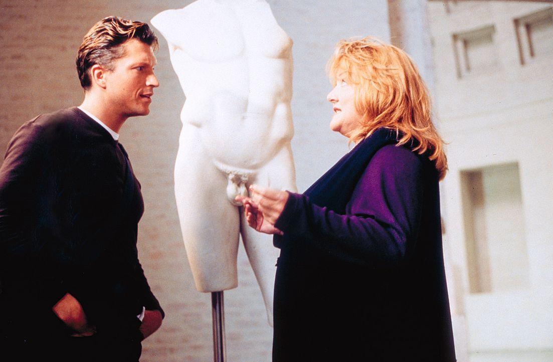 Uschi (Marianne Sägebrecht, r.) kann Lucas (Hardy Krüger jun., l.) gewinnen, die Rolle des jungen Liebhabers von Katja zu übernehmen ... - Bildquelle: Klick ProSieben