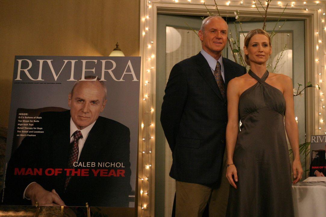 Caleb (Alan Dale, l.) wurde von einer Zeitschrift zum Mann des Jahres gewählt. Kirsten (Kelly Rowan, r.) ist stolz auf ihn ... - Bildquelle: Warner Bros. Television