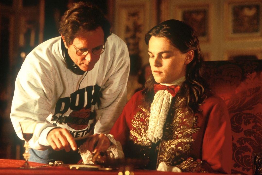 Regisseur Randall Wallace (l.) unterweist seinen Hauptdarsteller Leonardo DiCaprio (r.) ... - Bildquelle: 1998 UNITED ARTISTS PICTURES INC. All Rights Reserved