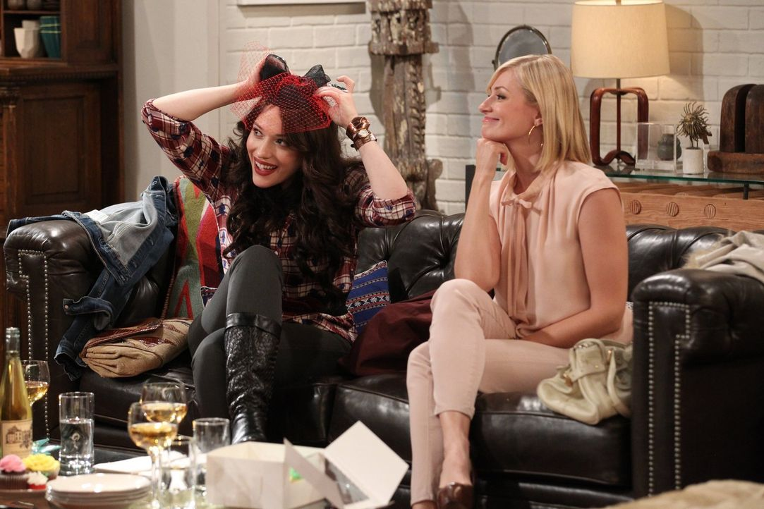 Als Caroline (Beth Behrs, r.) auf ihren nun verlobten Ex-Freund Andy trifft, ist es überraschenderweise Max (Kat Denning, l.), die mit einem Gefühls... - Bildquelle: Warner Brothers