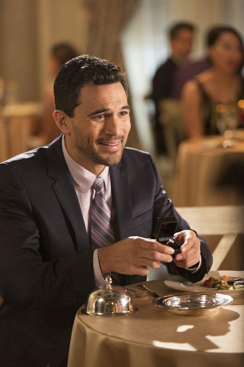 Javier (Ivan Hernandez) macht Zoila einen Antrag, aber was wird sie antworten? - Bildquelle: Bob Mahoney 2015 American Broadcasting Companies, Inc. All rights reserved.