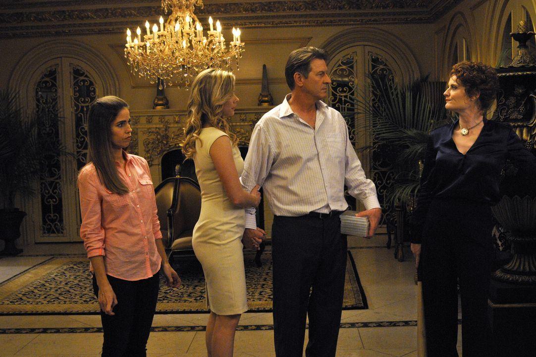 Als sie von Marisol (Ana Ortiz, l.) erfahren, dass Adrian ein Sex-Video von ihnen hat, machen sich Michael (Brett Cullen, 2.v.r.) und Taylor (Briann... - Bildquelle: ABC Studios