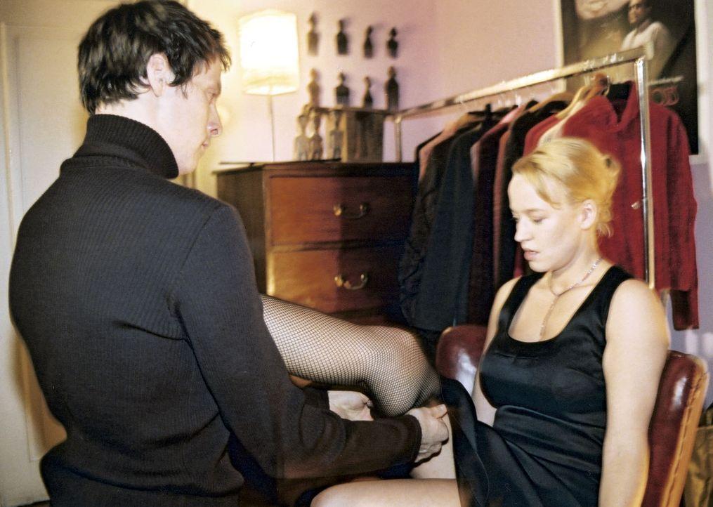 Mala (Floriane Daniel, r.) bittet ihren vermeintlich schwulen Mitbewohner Carlo (Marc Hosemann, l.), ihr beim Anziehen zu helfen. - Bildquelle: Scott Kuckler Sat.1