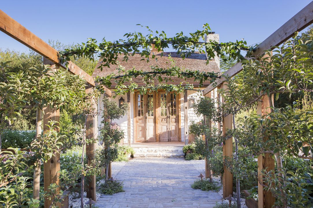 Heute bauen Chip und Joanna nicht nur einen großen Garten, sondern auch ein stylisches Gartenhaus. - Bildquelle: Jennifer Boomer 2018, HGTV/Scripps Networks, LLC. All Rights Reserved.