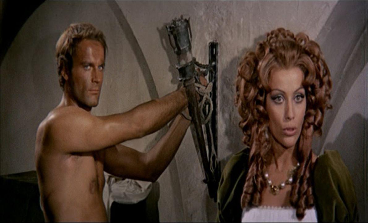 Kapitän Blacky (Terence Hill, l.) hat die schöne Isabel von einem verbündeten Kapitän ersteigert. Er kann ja nicht ahnen, dass es sich bei Isabel (S... - Bildquelle: ACB Cinematografica und Capricornio Transcontinental Pictures