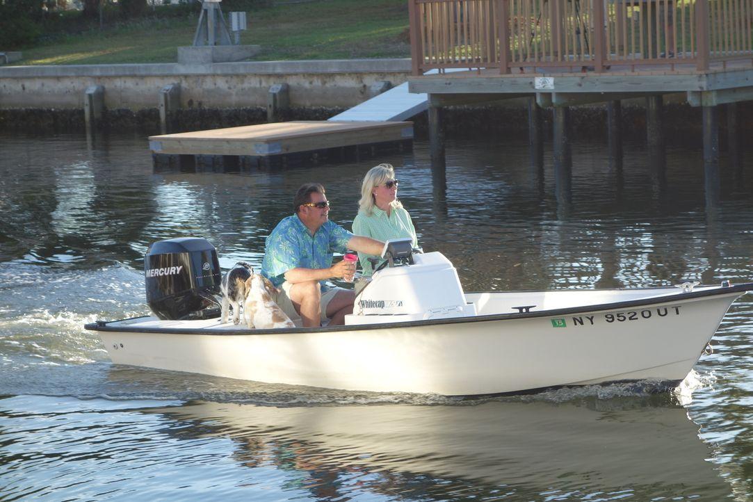 Tim (l.) und Jen (r.) lieben Bootfahren und wollen nun Pine Island zu ihrem zweiten Zuhause machen. Aber findet die Maklerin auch ein bezahlbares Ob... - Bildquelle: 2014, HGTV/Scripps Networks, LLC. All Rights Reserved.