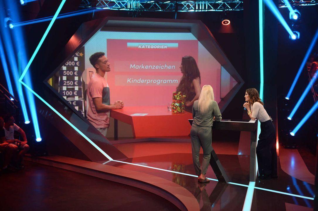 """Jeannine Michaelsen (r.) und Aurel Mertz (l.) lassen bei der Quiz-Comedy-Show """"Risky Quiz"""" ihre Kandidaten Kathi (2.v.l.) und Jennifer (2.v.r.) in d... - Bildquelle: Willi Weber ProSieben"""