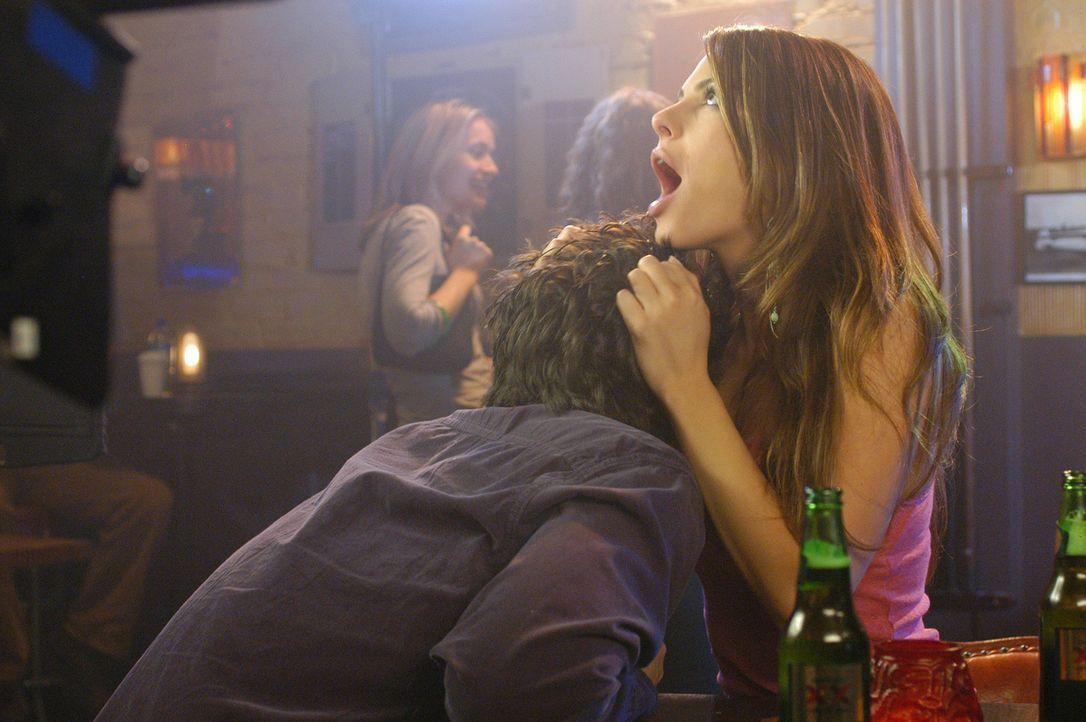 Haben viel Spaß miteinander: J.D. (Zach Braff, l.) und Tamara (Maria Menounos, r.) ... - Bildquelle: Touchstone Television