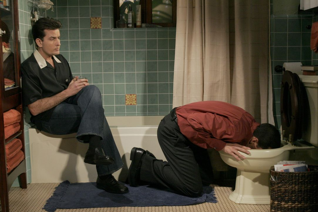Als offensiver Frauenheld fühlt sich Charlie (Charlie Sheen, l.) bemüßigt, seinem Bruder Alan (Jon Cryer, r.) den Umgang mit Frauen beizubringen.... - Bildquelle: Warner Brothers Entertainment Inc.