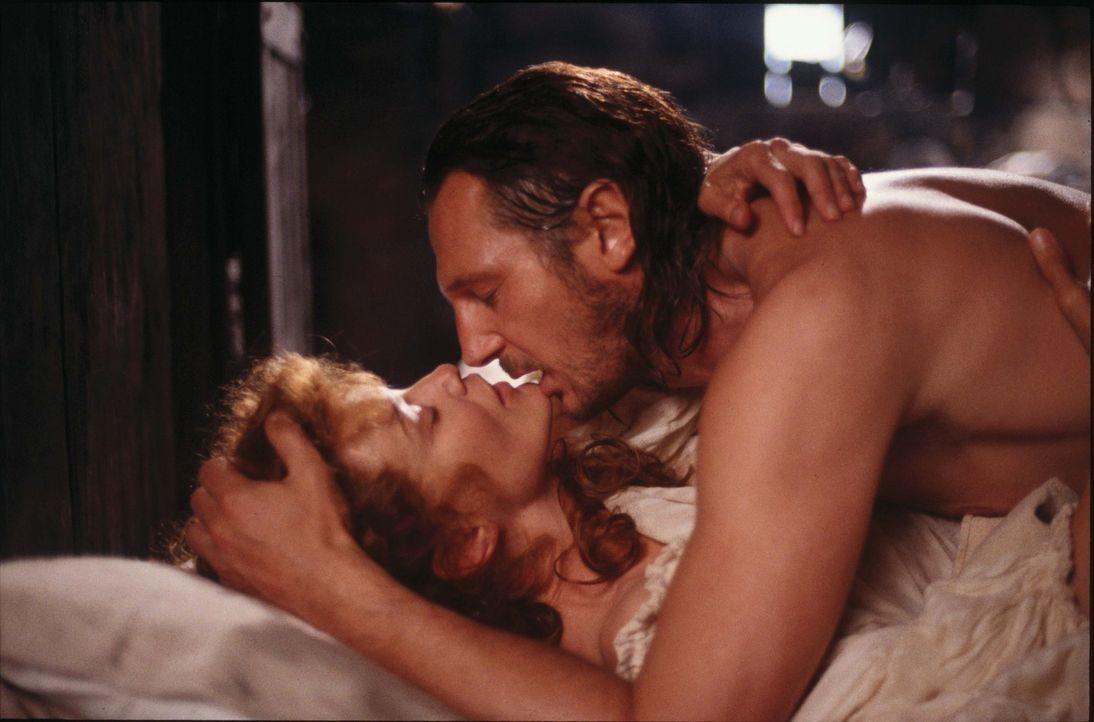 Allein seine Frau Mary (Jessica Lange, unten) gibt Rob Roy (Liam Neeson, oben) das Gefühl von Sicherheit und Kraft ... - Bildquelle: MGM Home Entertainment