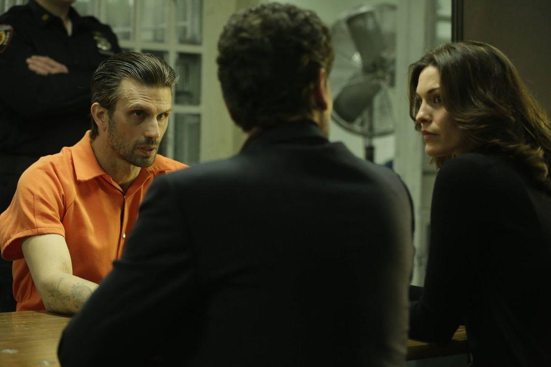 Jo (Alana De La Garza, r.) und Henry (Ioan Gruffudd, l.) glauben dem Punkrocker Eddie (Frederick Weller, links hinten), dass er seine Freundin nicht... - Bildquelle: Warner Bros. Television