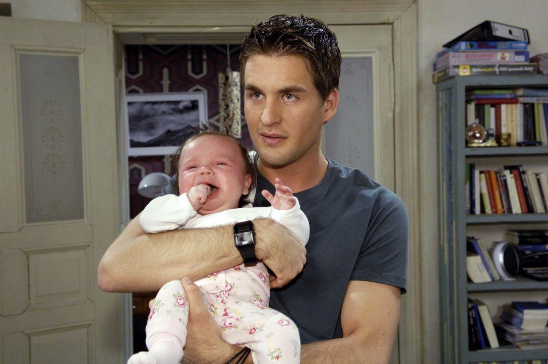 Lars (Alexander Klaws) betreut Pia, während Maja bei ihrer Familie ist ... - Bildquelle: Claudius Pflug Sat.1