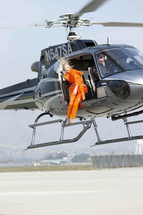 GNTM-Stf10-Epi06-Helikopter-Shooting-88-Darya-ProSieben-Richard-Huebner - Bildquelle: ProSieben/Richard Huebner