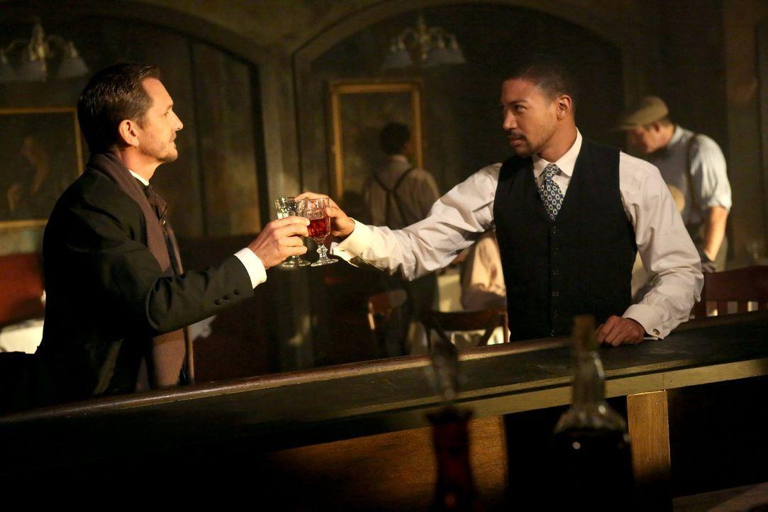 Während sich Marcel (Charles Michael Davis, r.) 1919 noch mit dem bösen Mikael (Sebastian Roché, l.) verbündet, muss er Jahrzehnte später gegen eine... - Bildquelle: Warner Bros. Television