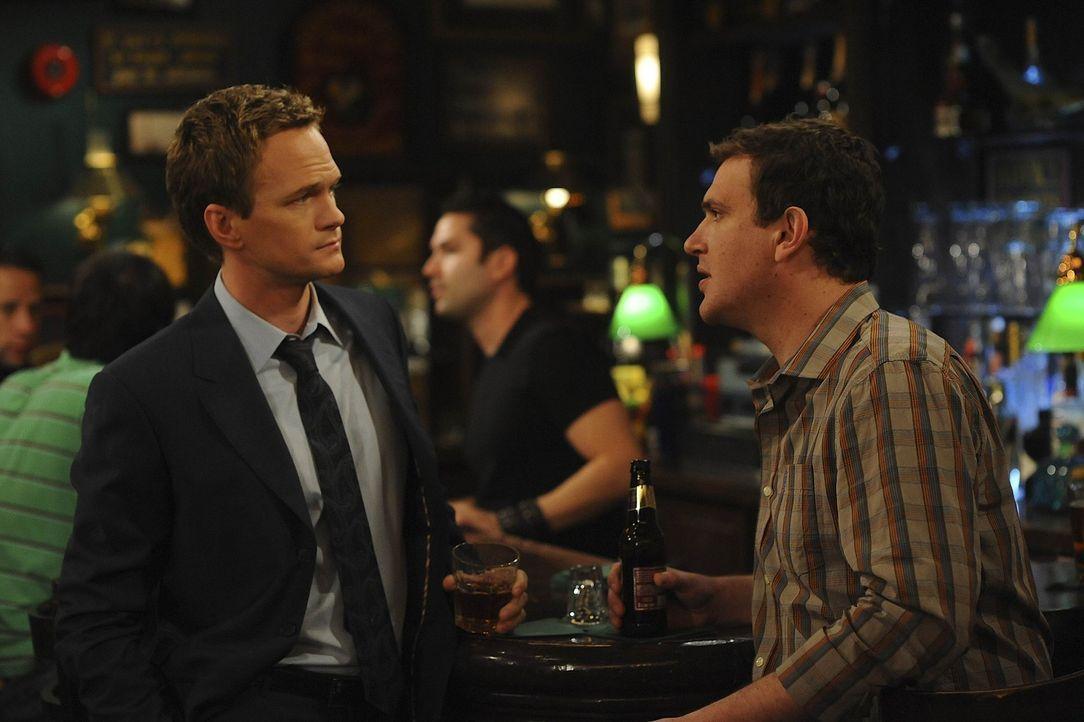 Marshall (Jason Segel, r.) und Barney (Neil Patrick Harris, l.) gestehen Ted die Wahrheit ... - Bildquelle: 20th Century Fox International Television