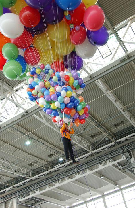 Aiman fliegt mit Luftballons - Bildquelle: ProSieben / Michael Schultze