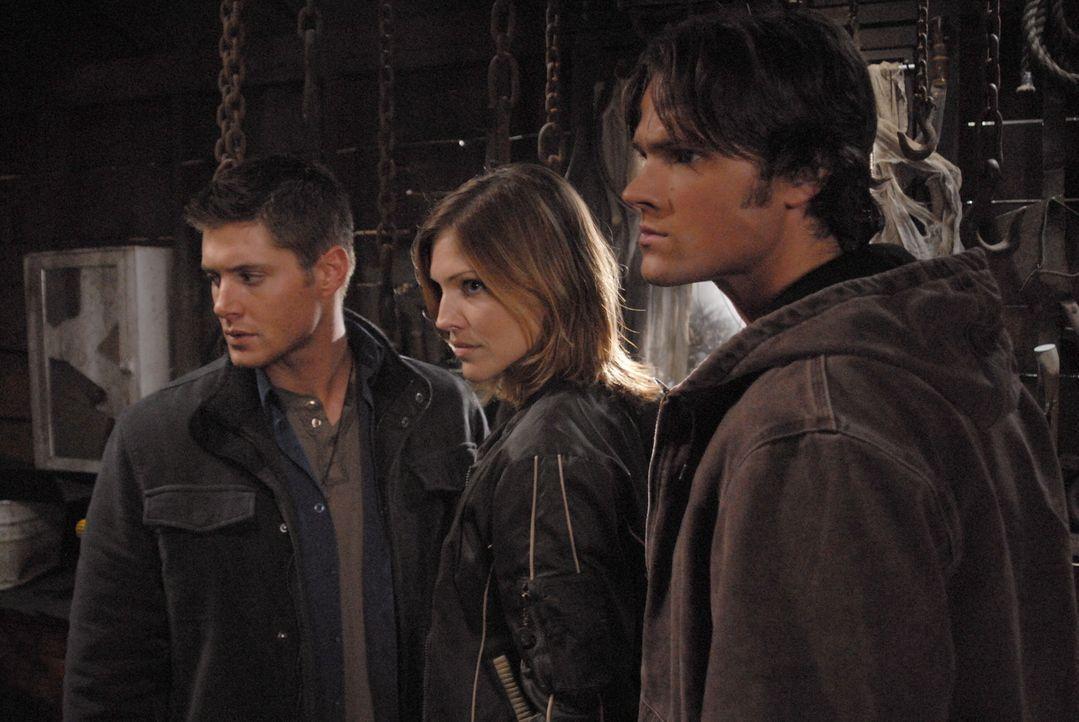 Sam (Jared Padalecki, r.) und Dean (Jensen Ackles, l.) untersuchen den Fall des mysteriösen Farmers und finden heraus, dass der Mann eigentlich ein... - Bildquelle: Warner Bros. Television