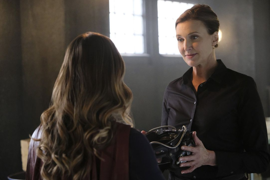 Was hat die dunkle Lillian Luthor (Brenda Strong, r.) mit Karas (Melissa Benoist, l.) Blut vor? - Bildquelle: 2016 Warner Bros. Entertainment, Inc.