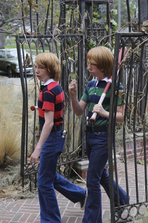 Los Angeles 1978: Die Zwillingsbrüder Troy (Bodhi Schulz, r.) und Bryan (Kai Schultz, l.) ignorieren die Warnung des seltsamen Mädchens und betreten... - Bildquelle: 2011 Twentieth Century Fox Film Corporation. All rights reserved.