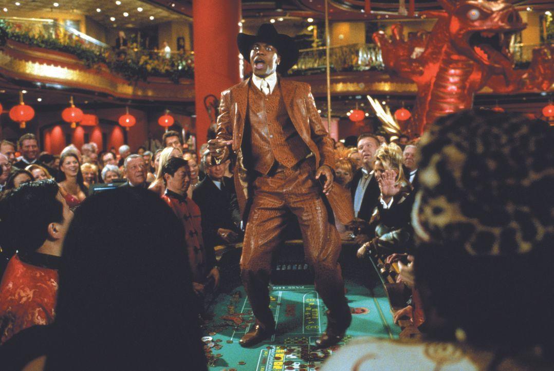 Carter (Chris Tucker) möchte in Hongkong endlich mal richtig die Sau rauslassen, doch dann macht ihm der Triaden-Chef Ricky Tan einen Strich durch d... - Bildquelle: Warner Bros.