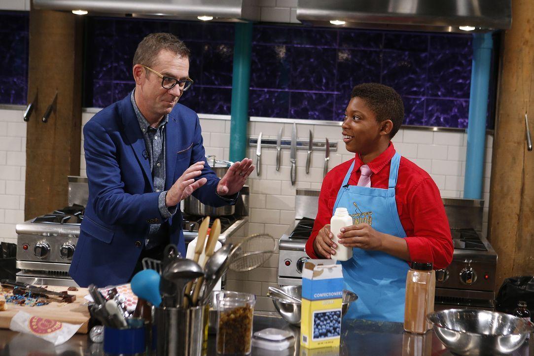 Ted Allen (l.) ist von Kobenas (r.) extravaganten Kochkünsten begeistert, aber wird der Juniorkoch auch aus Streichkäse, Schokobananen und Bonbons e... - Bildquelle: Jason DeCrow 2015, Television Food Network, G.P. All Rights Reserved